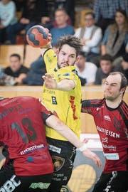 Handball Männer NLA: TSV St. Otmar St. Gallen gegen TSV Fortitudo Gossau. St. Gallen Severin Kaiser gegen Gossau Marcel Oertig und Yannick Harder (rechts) durch. (Bild: Urs Bucher)