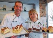 Bäcker-Konditormeister Ralf Peter und Inhaberin Elisabeth Eberle präsentieren ihre Spezialitäten. (Bild: Roland P. Poschung)