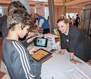 Schüler informieren sich bei Kneipphof-Personalchefin Nicole Schnyder. (Bild: Kurt Lichtensteiger)