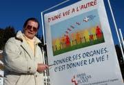 Roger Moore hat nicht nur in der Schweiz gelebt, sondern sich auch engagiert - wie hier beim Werben für Organspenden in Anzere (Wallis) im Jahr 2002. (Bild: ANDREE-NOELLE POT (KEYSTONE))