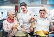Zusammen kochen macht Spass: Begleiterin Doris Gruber, Profikoch Mario Garcia und die blinde Elisabeth Sinstadt. (Bild: Andrea Stalder)