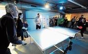 Jugendliche und Besucher spielen Pingpong an ihrem neuen Tischtennistisch. Dieser war ein Geschenk zum Jubiläum. (Bild: Rudolf Steiner)