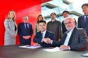Fredy Iseli und der Leiter eines riesigen Industrieparkes in China unterzeichnen eine Absichtserklärung zur Zusammenarbeit. (Bild: Max Eichenberger)