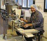 Raul Osorio produziert nicht mehr in Rorschach, sondern in der neuen Küche in St. Margrethen bis zu zwei Tonnen Empanadas täglich. (Bild: Sandra Grünenfelder)