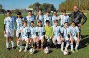 Gruppenfoto: Die D-Junioren der AS Calcio posieren mit Trainer Osman Dogru. (Bild: PD)