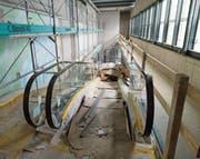 Noch weist nicht viel darauf hin, doch über diese Rolltreppe wird die neue Coop-Vitality-Apotheke künftig zu erreichen sein. Die Eröffnung des sanierten Supermarktes ist für den 17. Mai geplant. (Bild: Rudolf Hirtl)