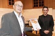 Werner Schöb (links) überreicht Patric Scott den Anerkennungspreis. (Bild: Heidy Beyeler)