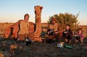 Familie Blum durchwanderte gemeinsam mit den beiden Töchtern und Kamelen das australische Outback. (Bild: blumundweg.ch)