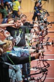 Die Bogenschützen mit ihren rund vier Kilogramm schweren Compound-Bögen. (Bild: Reto Martin)