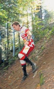 Daniel Hubmann rennt konzentriert den Hügel im Wald hinab. (Archivbild: Photopress/Alexandra Wey)
