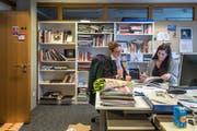 Redaktorenbueros vor dem Umzug: Katja Fischer und Diana Hagmann-Bula (Bild: Michel Canonica)