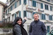 Die neue Pächterin Helga Walser und Christof Lippuner von der Besitzerin, der Lippuner Immobilien AG, freuen sich, dass das «Rössli» zu neuem Leben erwacht. (Bild: Urs Baerlocher)