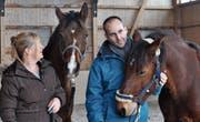 Daniela Hegner und Paul Bischofberger wenden alternative Heil-, Therapie- und Trainingsmethoden bei Tieren an. (Bild: Zita Meienhofer)