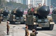 Nordkoreanisches Raketen-Defilee am 105. Geburtstag des früheren Führers Kim Il Sung in Pyongyang am 15. April 2017. (Bild: Ed Jones/AFP)