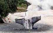 Überreste einer nicht explodierten Rakete nahe der israelischen Grenze. (Bild: Zyad Shoufi/EPA (10. Februar 2018))