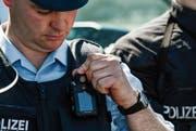 In Europa ist die Ausrüstung der Polizisten mit Körperkameras noch weniger weit verbreitet als in den USA und Asien, wo Swissbit die Data- Protection-Speicherkarten hauptsächlich hinliefert. (Bild: Filip Singer/EPA)