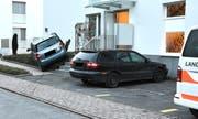 Beim Ausflug ins Blumenbeet wurde das Unfallauto, die Bepflanzung sowie ein parkiertes Auto beschädigt. (Bild: Landespolizei)