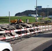 Der Breitikreisel liegt in Trümmern. Da er während der Sanierung nicht normal befahren werden kann, kommt es zu Staus. (Bild: Simon Dudle)