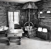 In den Alphütten gab es offene Feuerstellen, auf welchen Käse hergestellt wurde. Sie dienten auch zum Kochen der Mahlzeiten. (Bild: ETH Archiv)