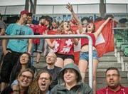«Hopp Schwiiz!»: Fans in der St. Galler AFG Arena während des Spiels Schweiz – Polen. (Bild: Benjamin Manser)