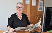 Redaktorin Esther Simon liest an ihrem Arbeitsplatz im Redaktionsbüro an der Bankstrasse die «Thurgauer Zeitung». (Bild: Mario Testa)