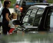 Es herrscht reger Stossverkehr, wenn alle Eltern ihre Sprösslinge zur Schule bringen. (Bild: Hannes Thalmann)