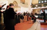 Dirigent Heinz Meyer leitet Chor und Musiker an. (Bild: Manuela Olgiati)