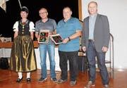 Heinz Fleischmann und Bruno Hautle wurden von Jörg Binder vom Kreiskommando mit einer Wappenscheibe geehrt. (Bild: PD)