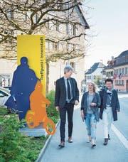Passieren kurz vor dem Kreuzplatz eine der neuen Eingangstafeln: Stadtpräsident Anders Stokholm, Sandra Bacher (Präsidentin IG Kreuzplatz) und IG-Fit-Präsidentin Elisabeth Steiner. (Bild: Andrea Stalder)