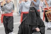Muslima in einem Niqab: Die Vollverschleierung soll künftig verboten sein. (Bild: Martial Trezzini/KEY (Genf, 1. August 2015))