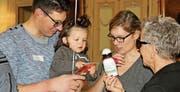 Stadträtin Christa Thorner überreicht einem Kind ein Geschenk. (Bild: Hugo Berger)