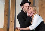 Der Teufel alias «der Grüne» (Michael von Burg) küsst Christine (Katharina von Bock) auf die Wange, wo dann die Spinne heranwächst. (Bild: PD)