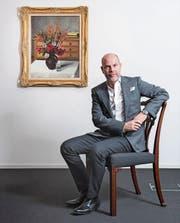 Markus Schöb vor «Anémones du Japon» von Félix Vallotton, einem Spitzenwerk der Auktion. (Bild: Urs Bucher)