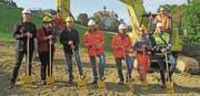 Spatenstich mit Lorenz und Karin Hanny (Vertreter der Bauherrschaft), Andreas Jussel vom Gemeindebauamt sowie Mitarbeitern der Tiefbaufirmen Stutz AG und Preisig AG. (Bild: Peter Eggenberger)