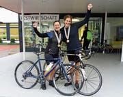 Waden wie Blei: Verena Hinteregger (v. l.) und Christina Vaccaro nach 220 Kilometern auf dem Rad.