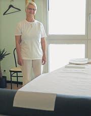 Pia von Waldkirch in ihrer Massagepraxis in Wattwil. (Bild: Sabine Schmid)