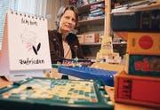 Scrabble und Master Mind als Therapiemittel: Katharina Michel in ihrer Praxis. (Bild: Roger Häni)