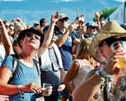 Beim Festivalauftakt, den die Hooters bestritten, waren die Besucher der prallen Sonne ausgesetzt.
