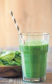 Grün und – wenn selbst gemacht – gesund: Smoothie mit Gemüse. (Bild: fotolia)