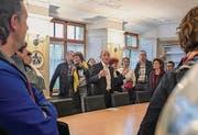 Landammann Matthias Weishaupt zeigt Stukkaturen im Gemeindehaus.
