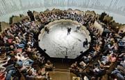 Die Zuschauer als Teilnehmer des WEFs im Theaterstück «Weltzustand Davos» im Schiffbau Zürich. (Bild: Tanja Dorendorf)