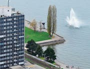 Ein Luftbild aus alten Tagen (April 2013): Vor der Rorschacher Uferpromenade schiesst der Springbrunnen in die Höhe. So soll es ab dem Frühling wieder aussehen. Weichen mussten allerdings die Bäume in der rechten Ecke der Arionwiese. (Bild: Ralph Ribi)