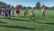 Ex-Natispielerin Bea Metzger leitet ein Training der Münchwiler Juniorinnen. (Bild: PD)