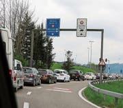 Stau vor dem Grenzübergang Au/Lustenau: Am Karfreitag pilgern zahlreiche Einkaufstouristen nach Vorarlberg. (Bild: Linda Müntener)