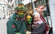 Die beiden als Waldmenschen verkleideten Dani Hermann und seine Tochter Sara mit einer Passantin. (Bild: Hugo Berger)