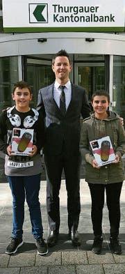 Mirco Rutz überreicht den beiden Gewinnern Meerwin Bektas und Mica Meier ihren Preis. (Bild: PD)