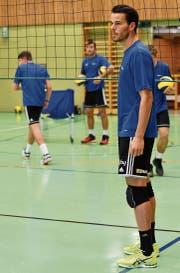 Aufmerksam verfolgt Claudio Kriech das Training der Volleyballschüler. (Bild: Manuel Nagel)