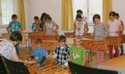 Die Kinder an den Xylophonen spielten ganz nach Gehör. (Bild: Lisa Leisi)