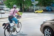 Eine Velofahrerin fährt in den Frauenfelder Postkreisel. (Bild: Andrea Stalder)