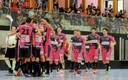 Die NLB-Mannschaft von Floorball Thurgau jubelt und mit ihr die Zuschauer auf der Tribüne. (Bild: Rudolf Steiner)